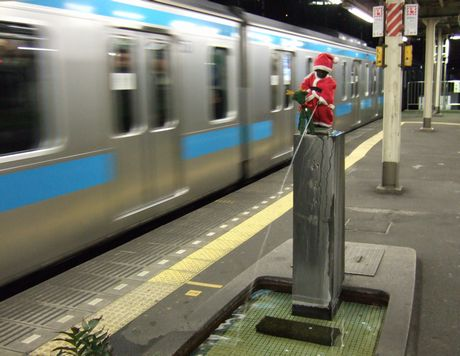 京浜東北線の車両とサンタ小僧